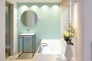 Eine perfekte Lichtinszenierung und ausgesuchte Einrichtungsgegenstände machen dieses Bad zum Luxusbad.